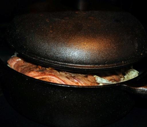 potrawy w garnku żeliwnym, potrawy z żeliwnego garnka, naczynia kuchenne żeliwne